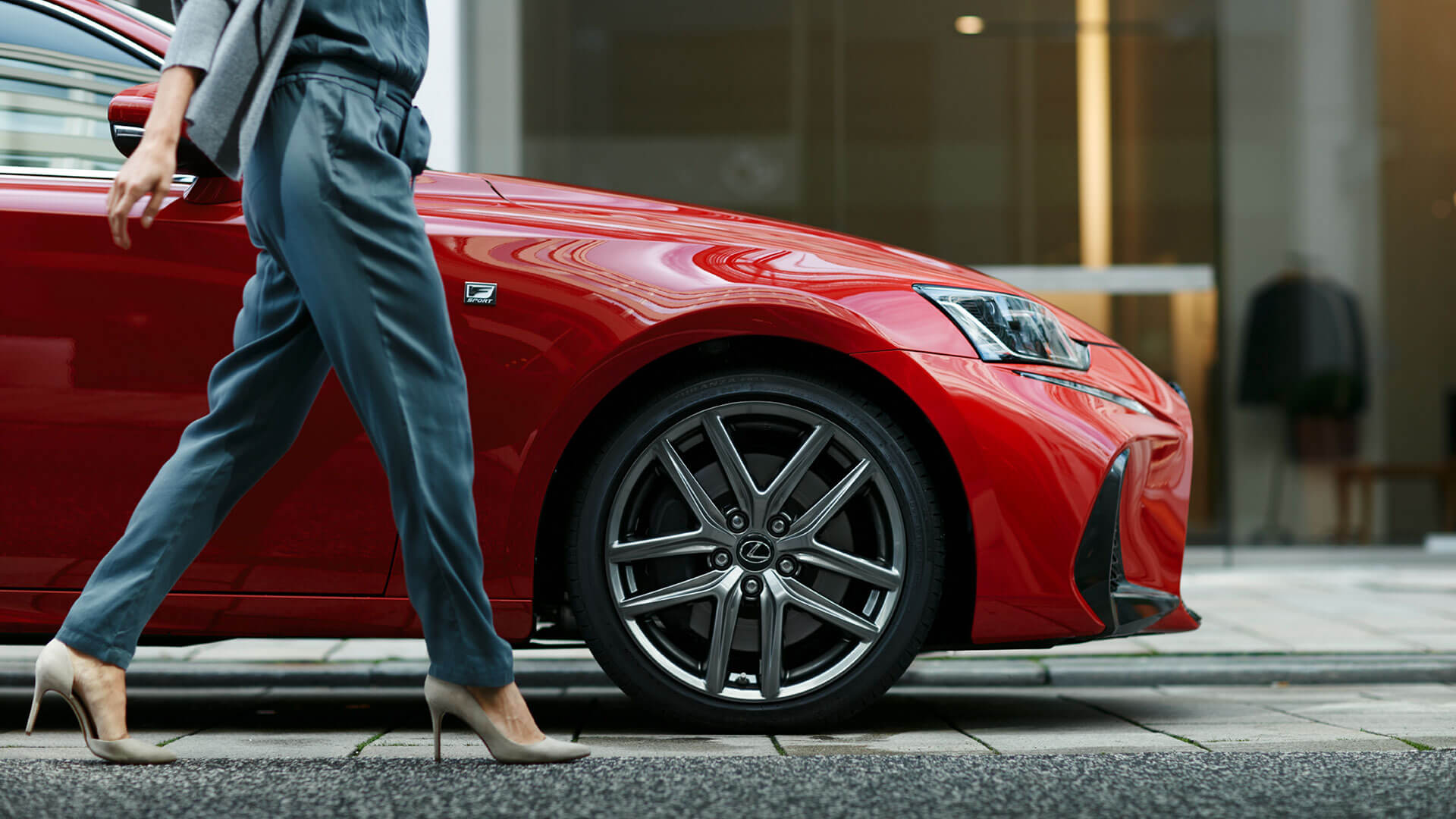 Lexus IS Exterior Seitenansicht mit Frau