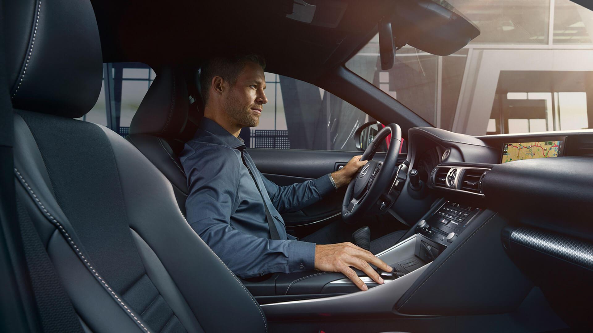 Lexus IS Mann am Lenkrad