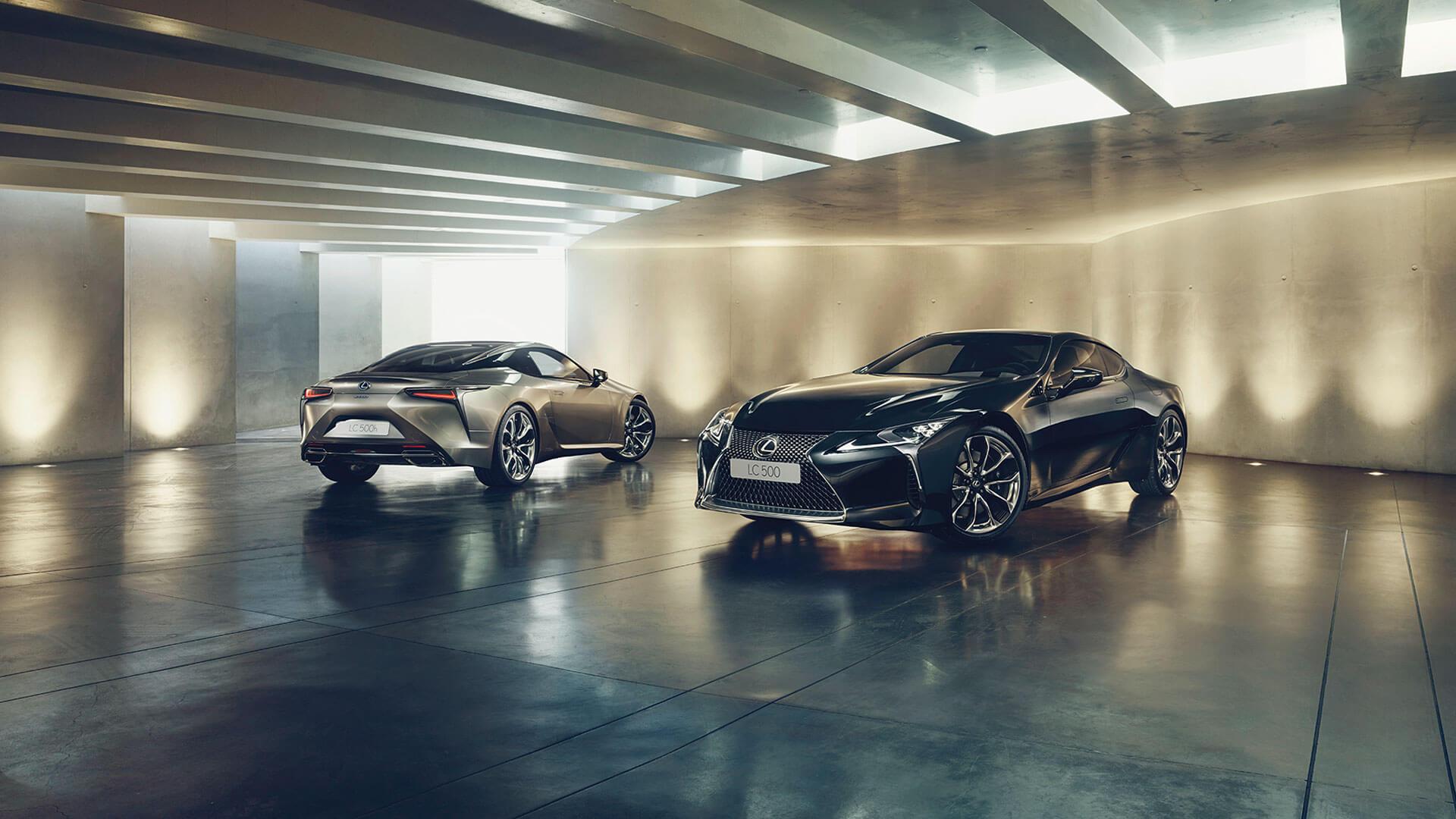 Lexus LC schwarz von vorne und von hinten