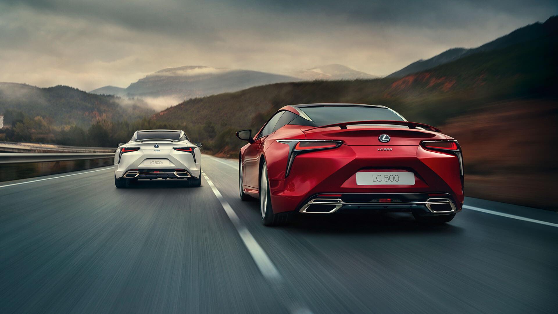 Lexus LC rot und silber auf Straße