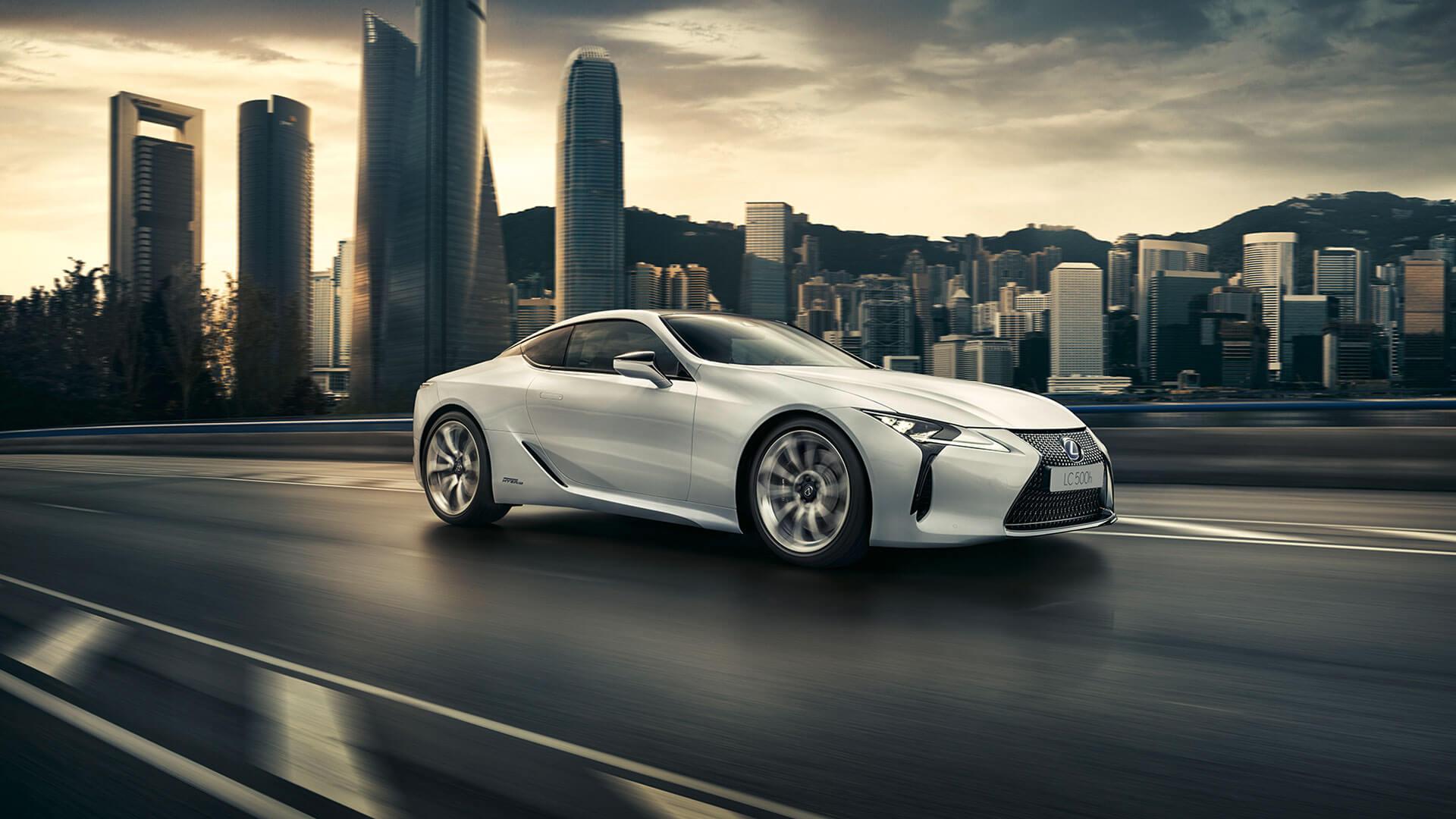 Lexus LC Seitenansicht vor Stadt