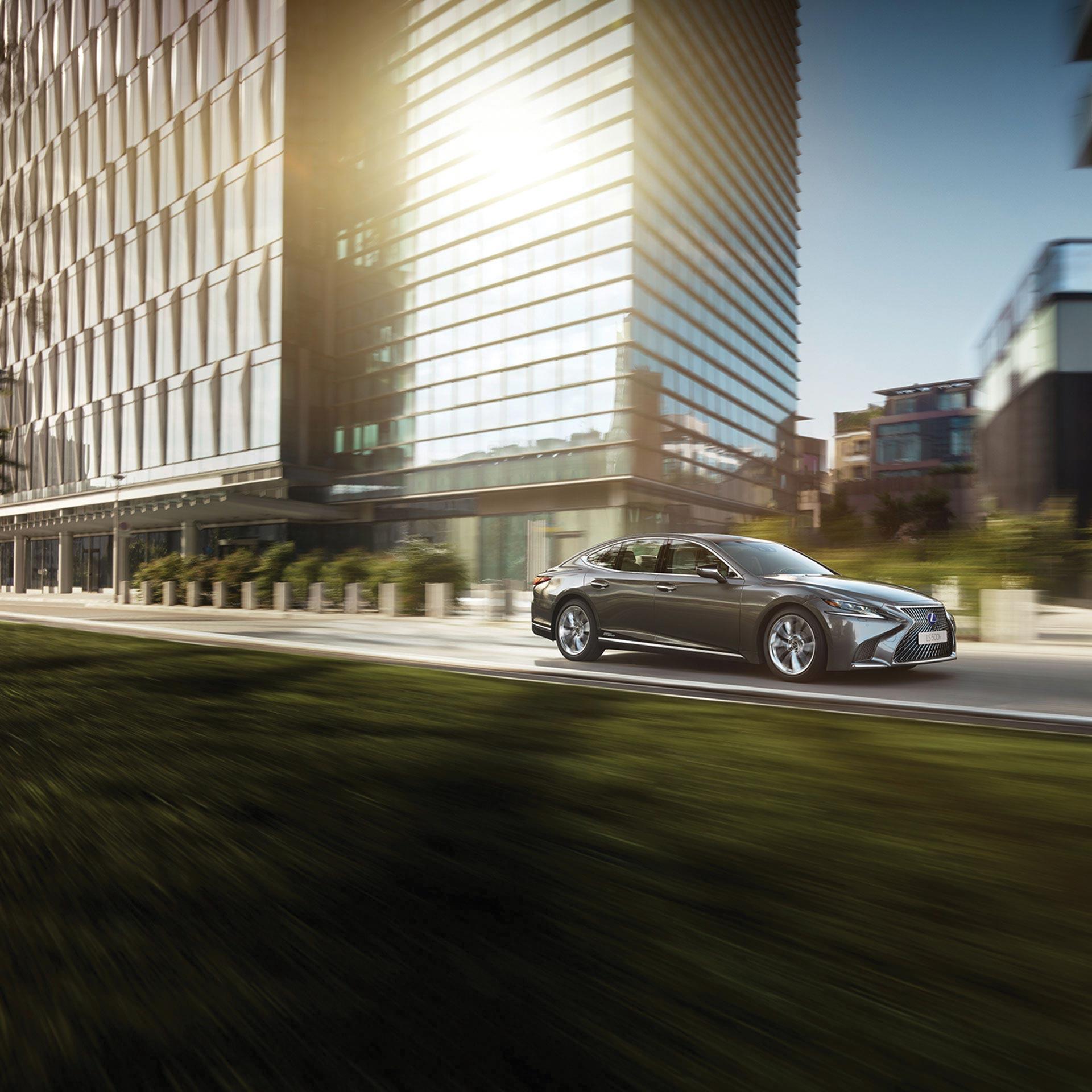 Lexus LS 500h in Stadt