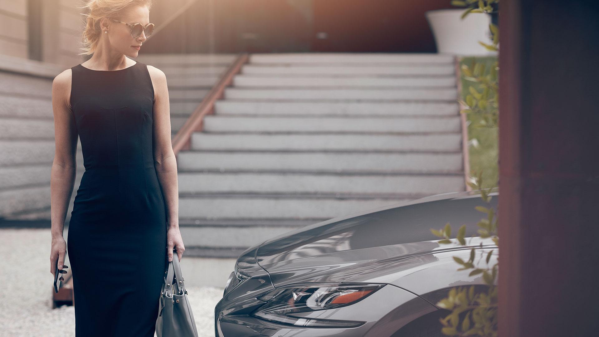 Frau mit Lexus LS