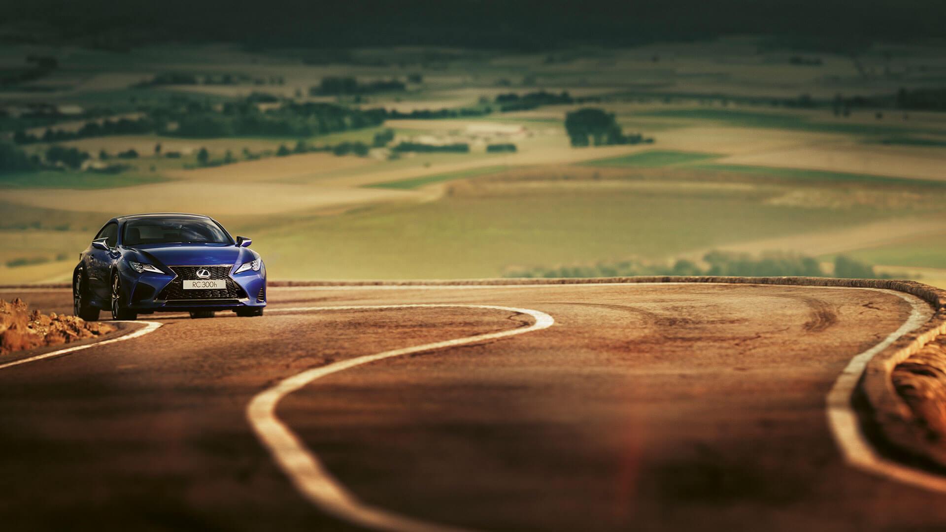 Lexus RC blau auf Straße