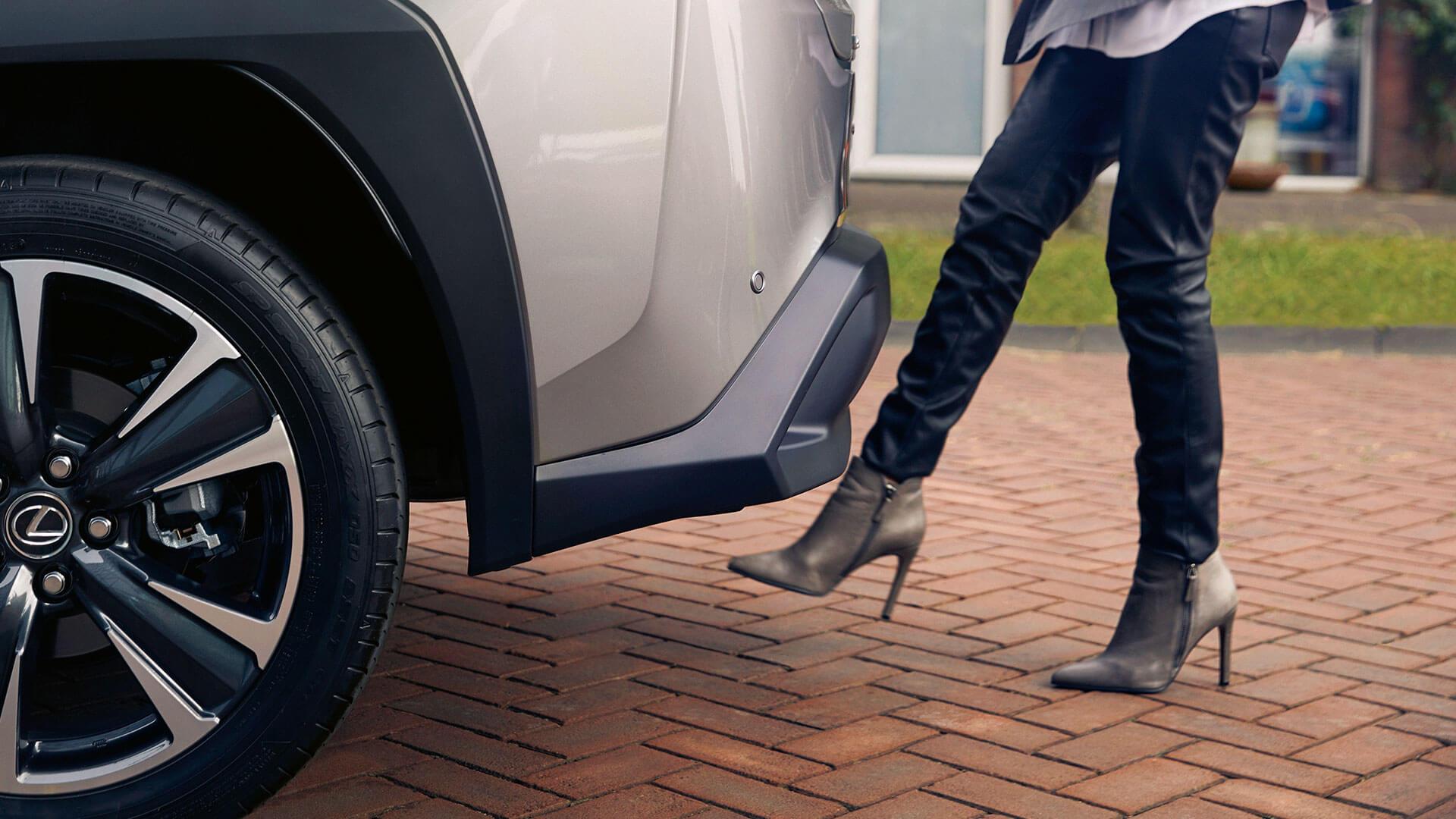 Lexus UX Füße von Frau