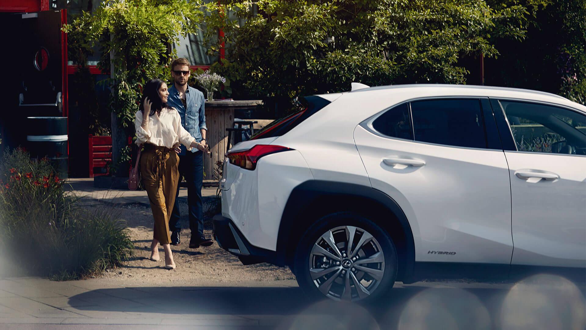 Lexus UX weiß mit Pärchen