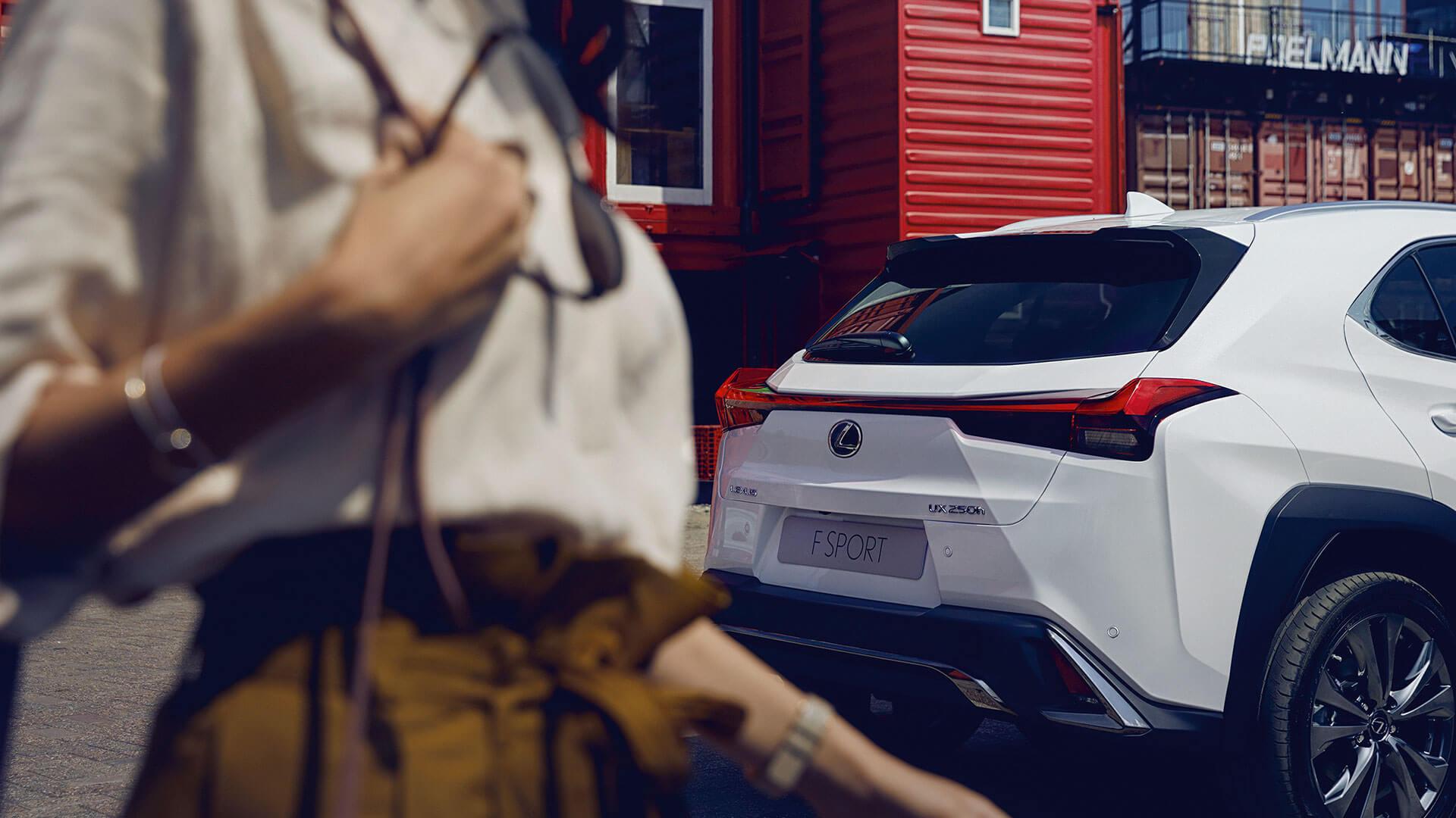Lexus UX weiß hinten