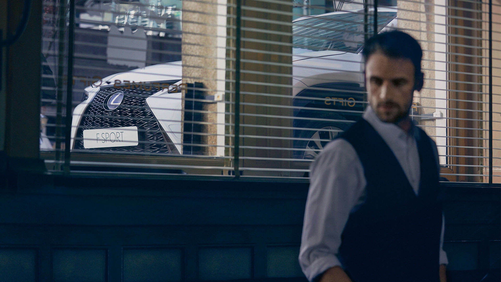 Lexus UX weiß Ansicht durchs Fenster
