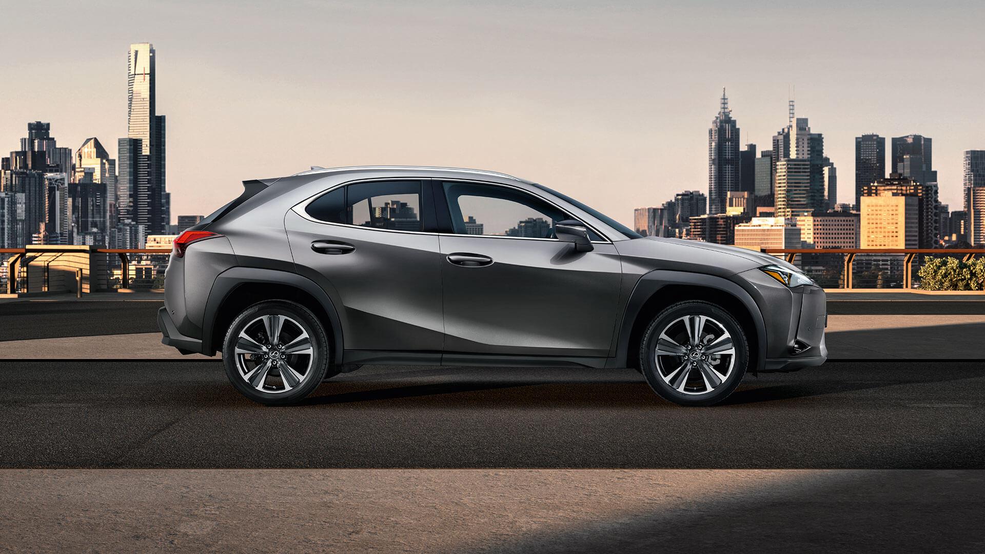Lexus UX schwarz Seitenansicht vor Stadt