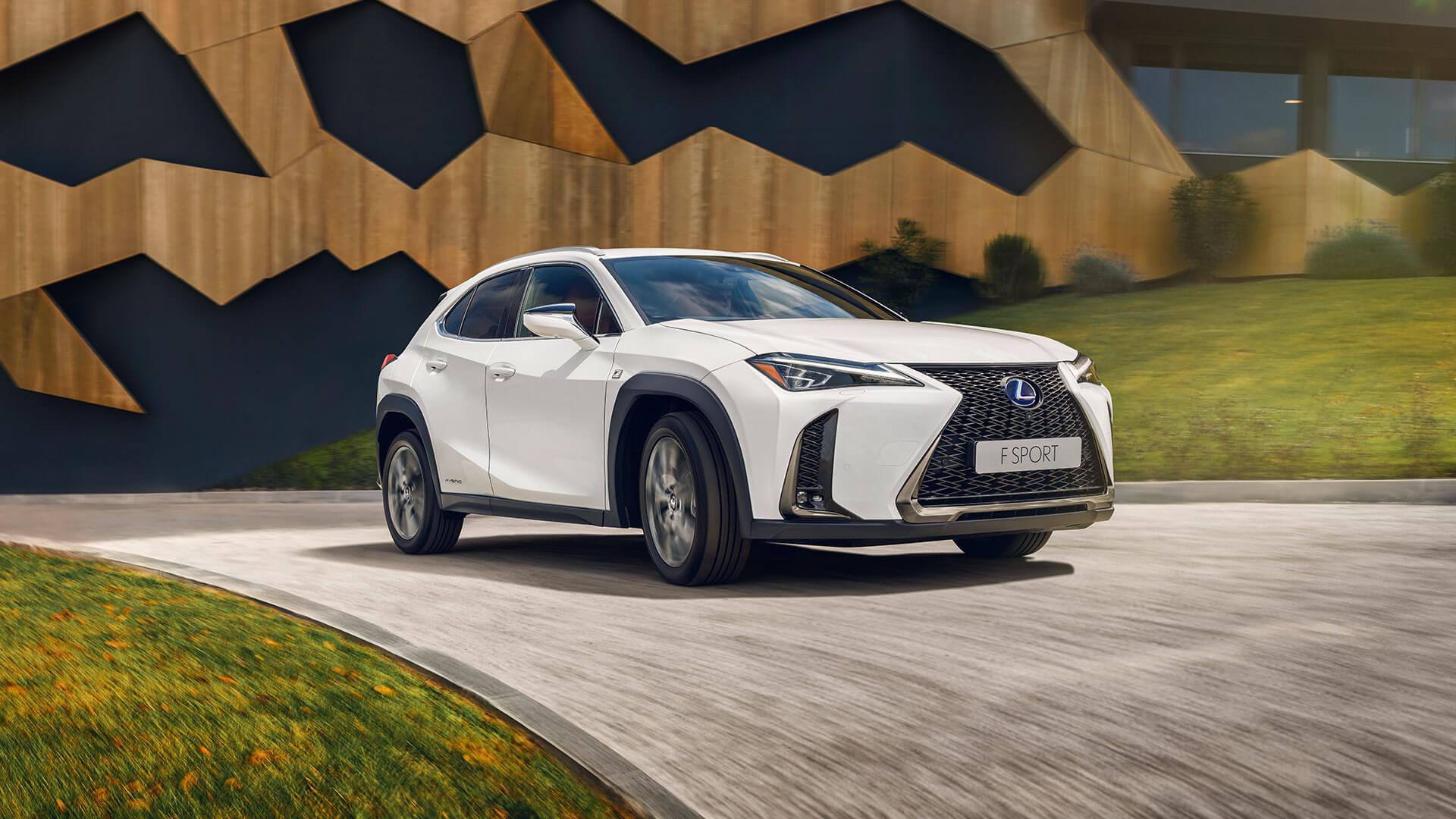 Lexus UX Seitenansicht auf Weg