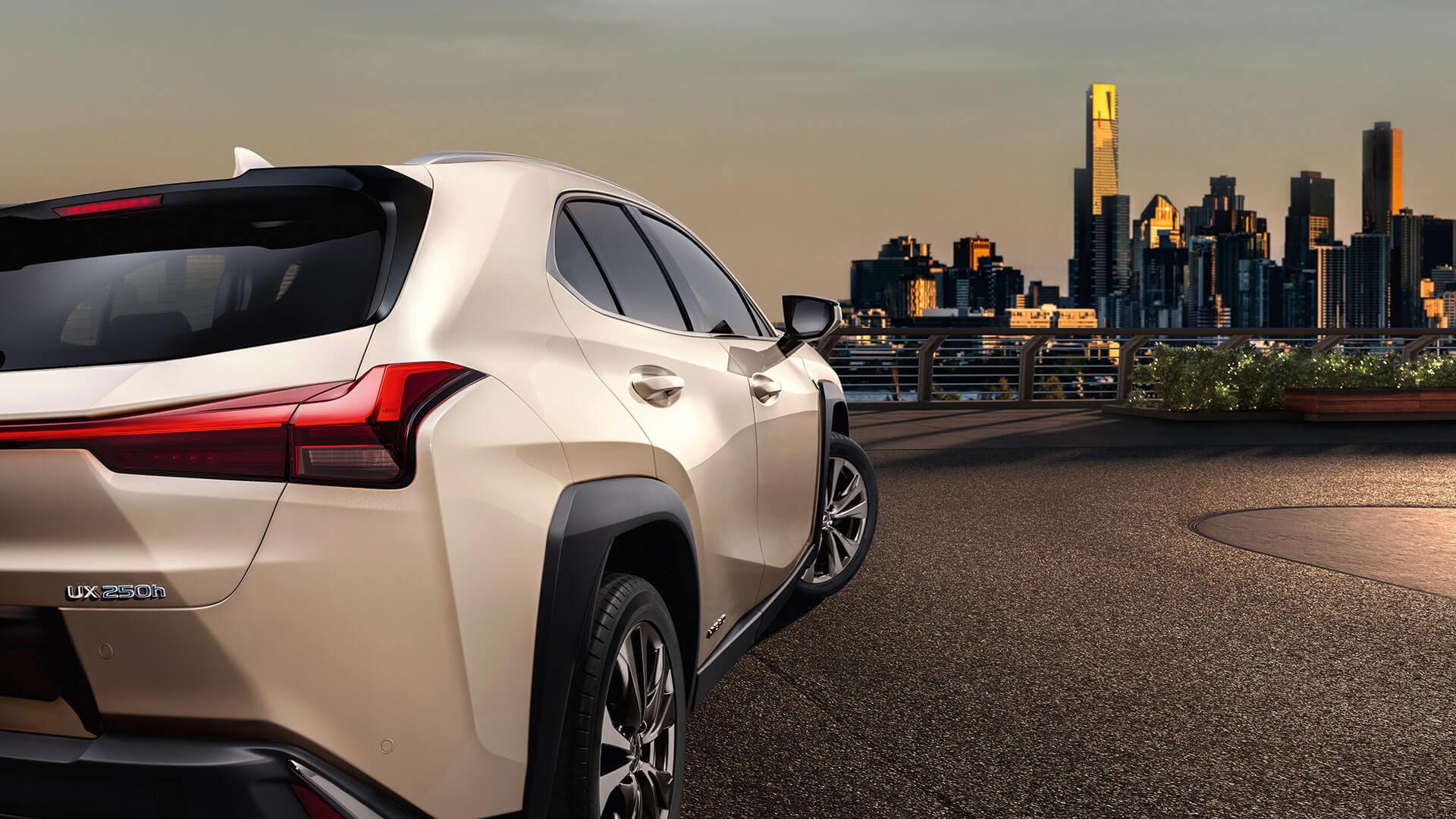 Lexus UX Rückansicht mit Blick auf Stadt