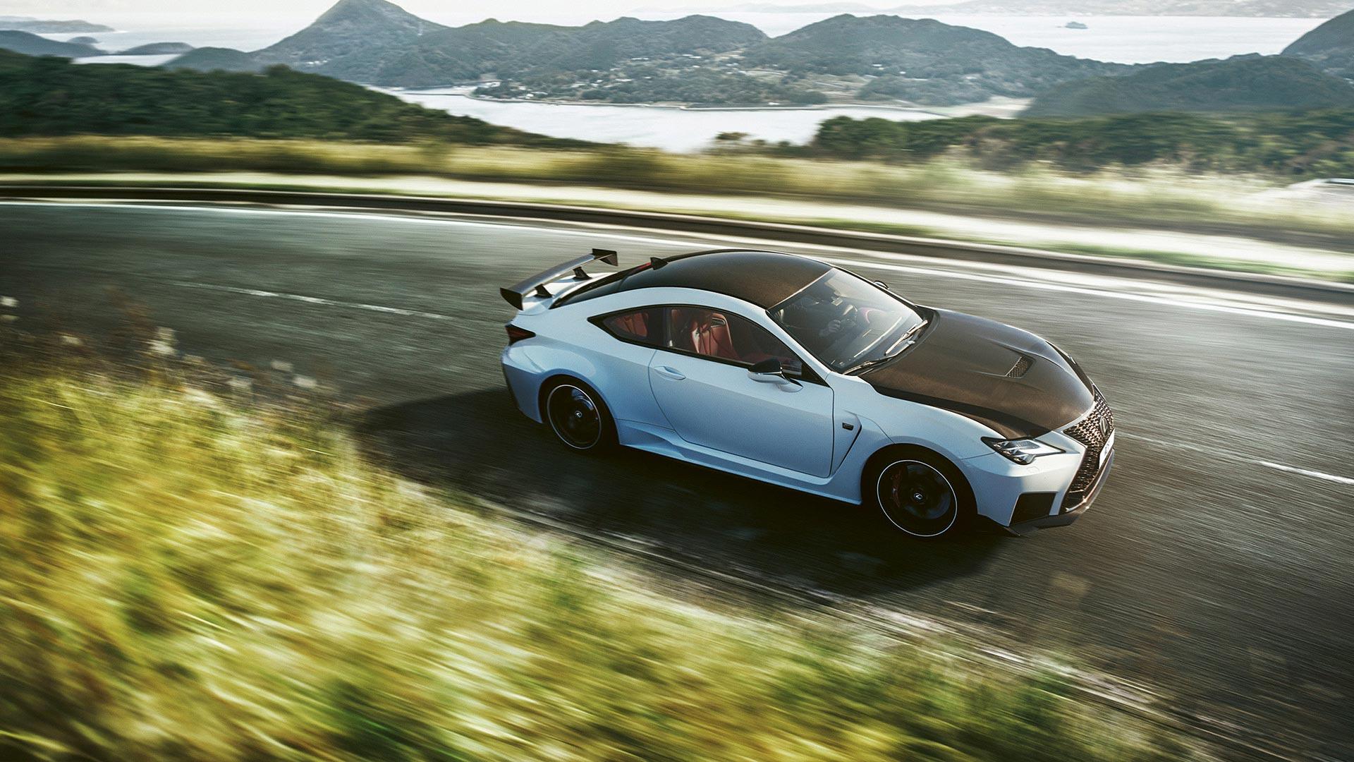 Lexus RC F Seitenansicht fahrend