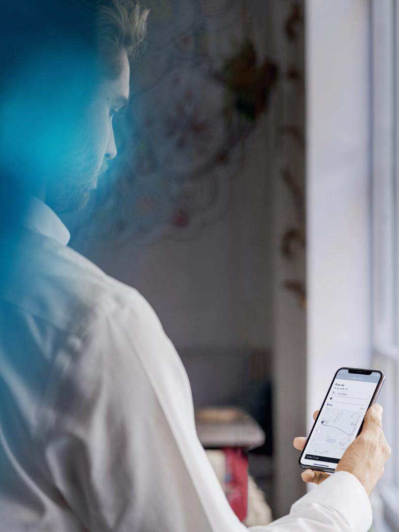 Junger Mann mit Lexus Link App auf Smartphone