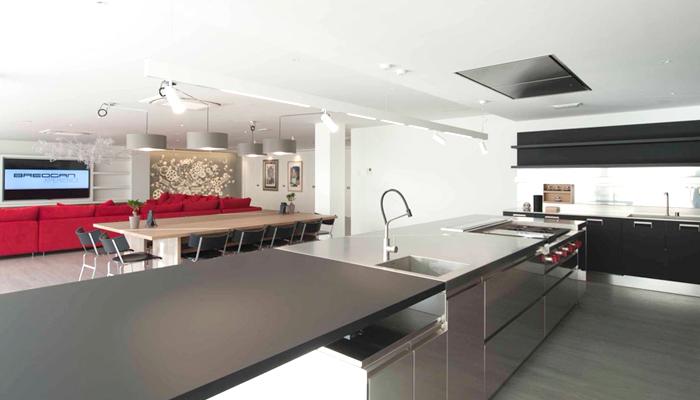 La cocina industrial preparada para recibir a los clientes con los chefs más destacados