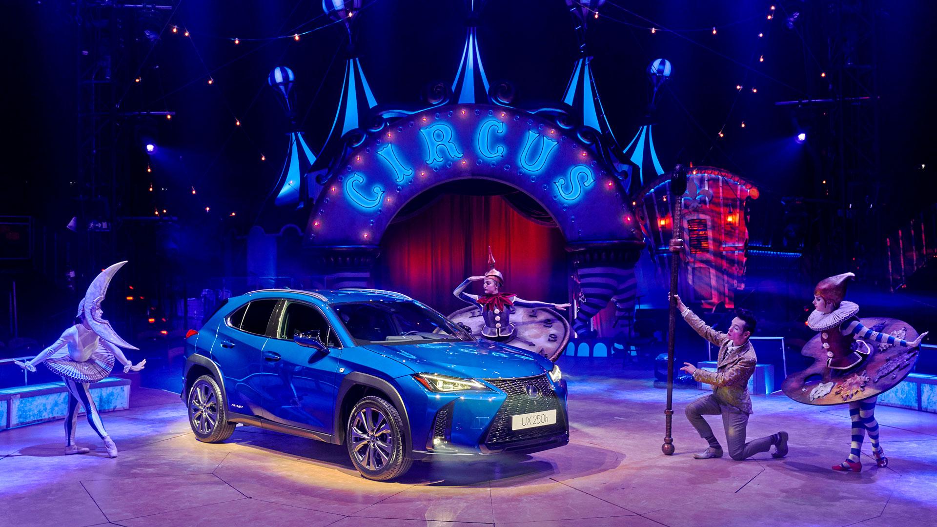 Imagen del interior de Circlassica con el UX 250h en color azul