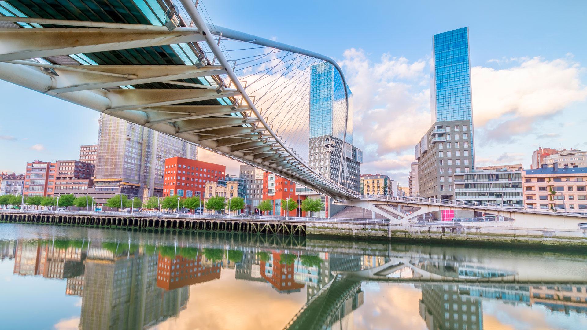Vista de Bilbao desde el puente Pedro Arrupe en el río Nervión
