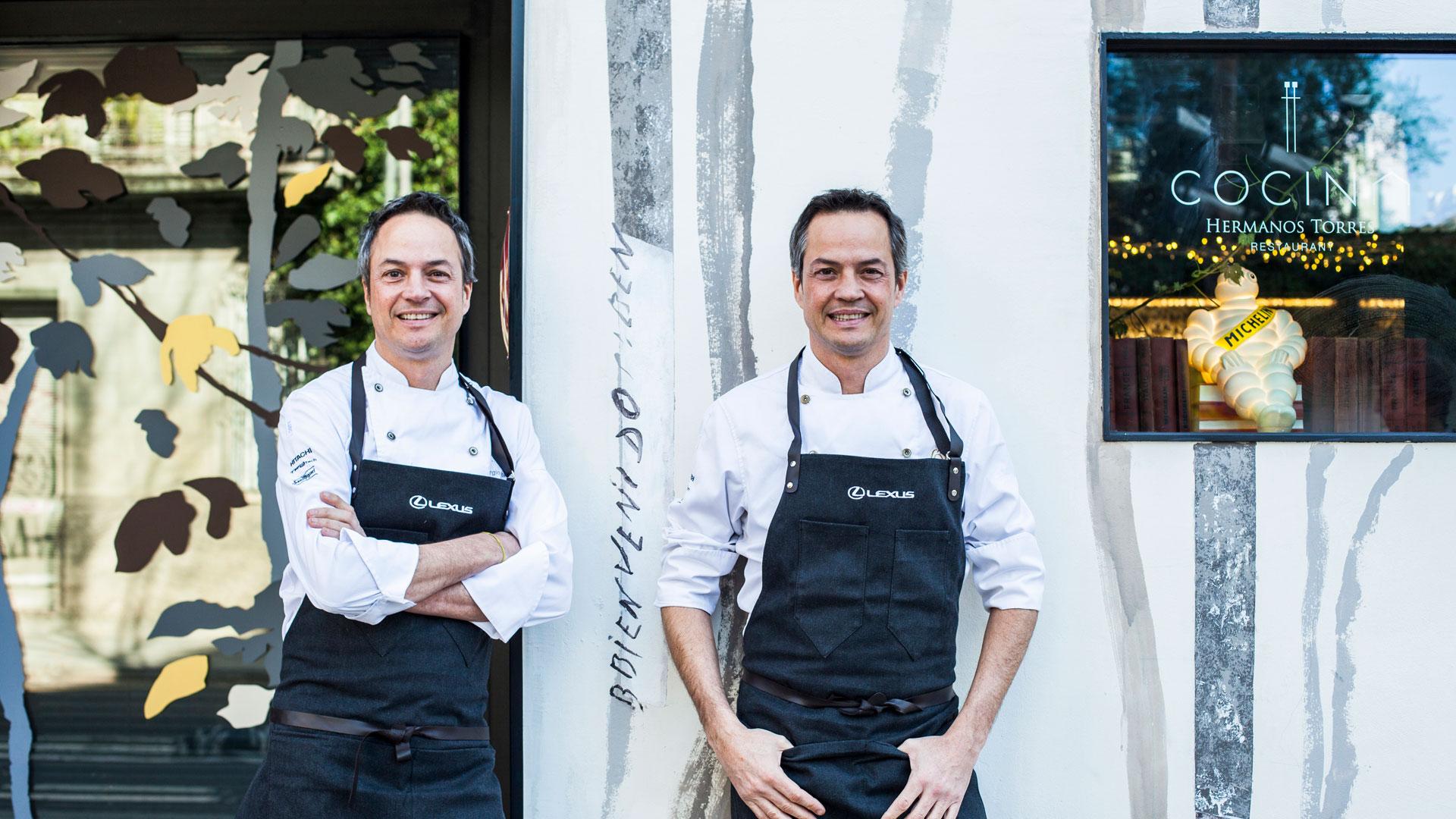 Imagen de los hermanos Torres en la entrada de su restaurante en Barcelona