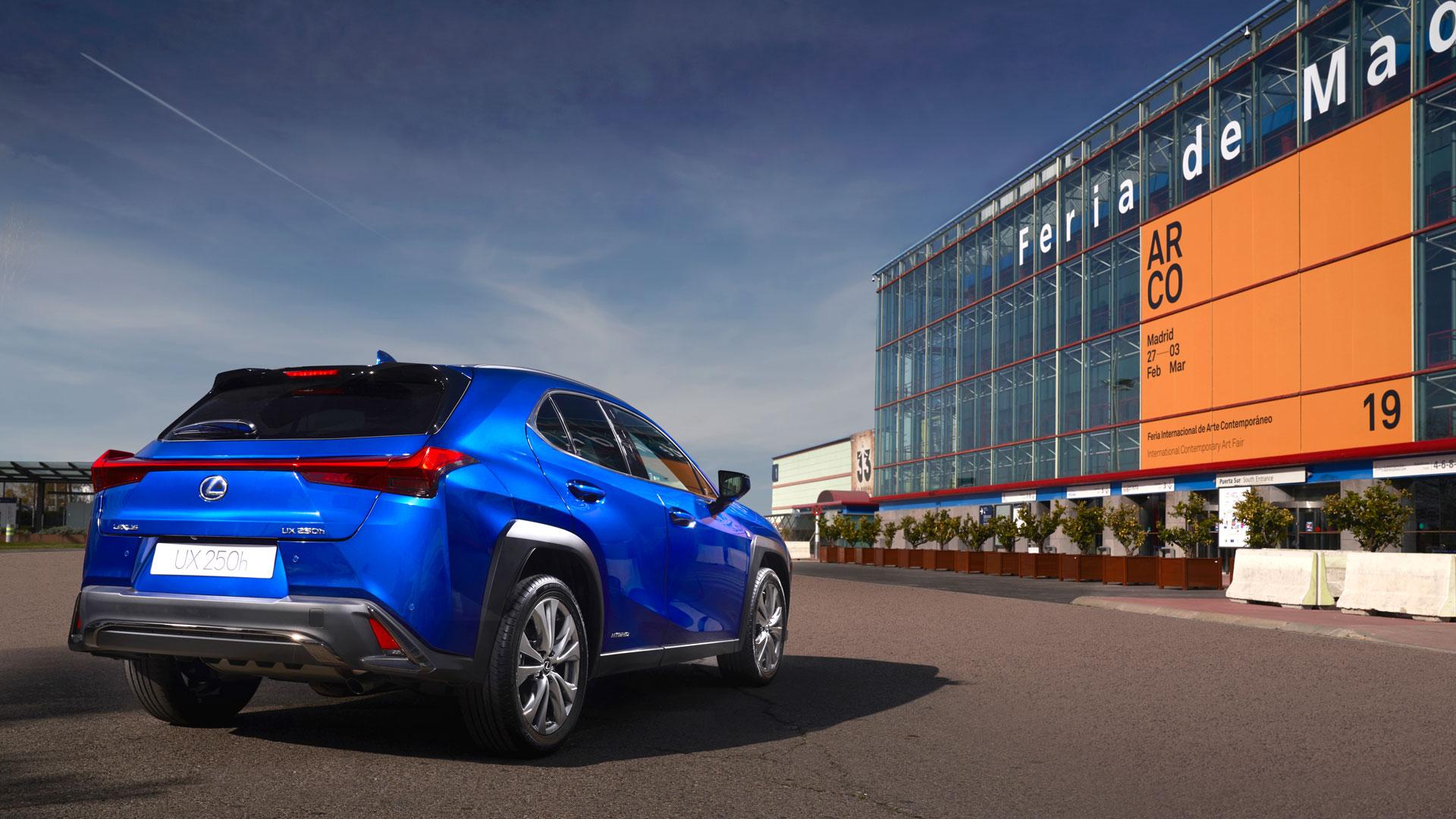 Imagen del Lexus UX delante de la fachada de IFEMA