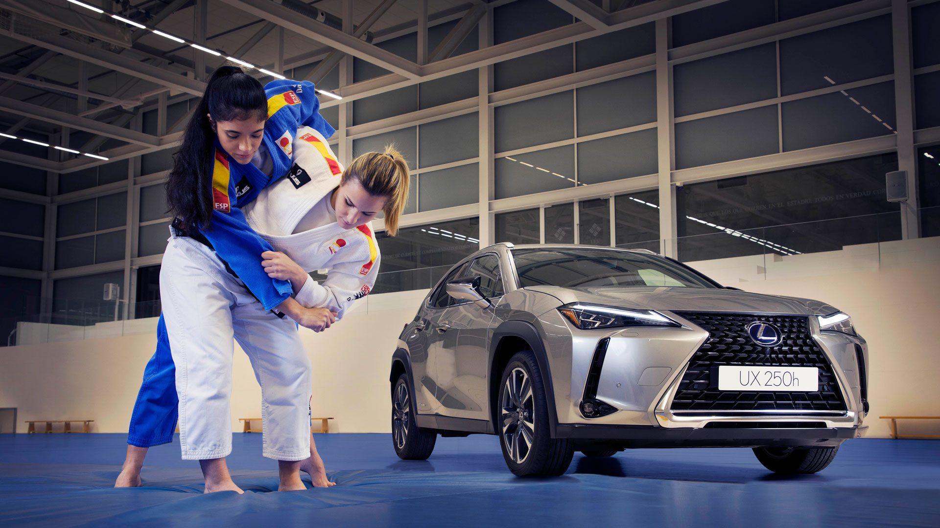 Imagen de judokas junto al Lexus UX 250h
