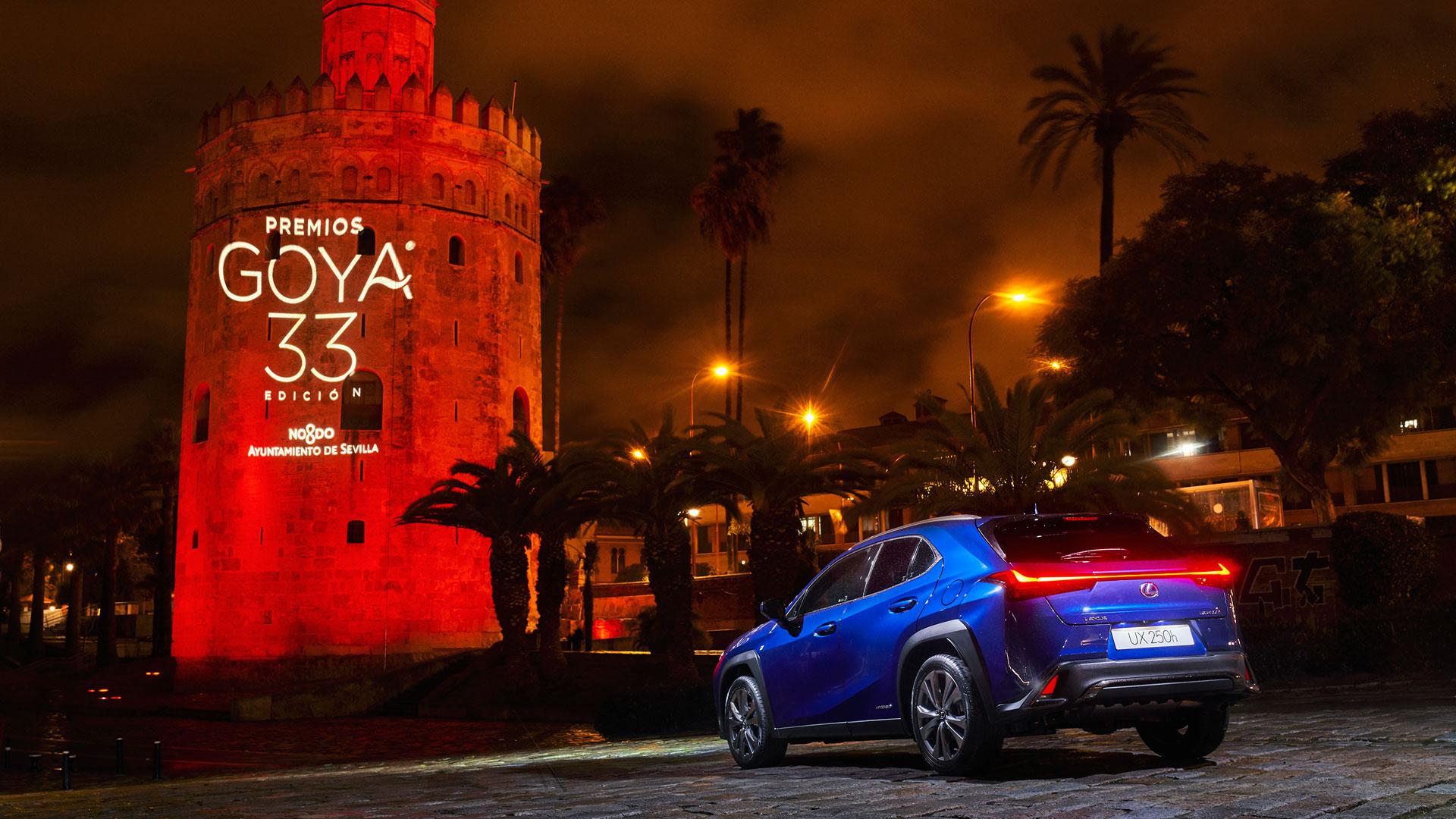 Imagen del UX 250h delante de la Torre del Oro en Sevilla