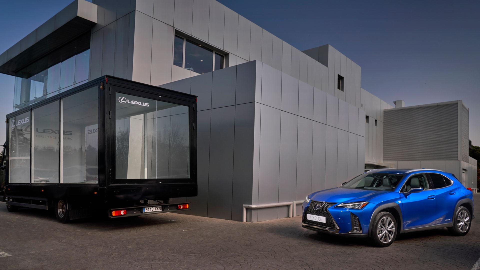 Imagen del nuevo UX 250h dentro de un camión transparente
