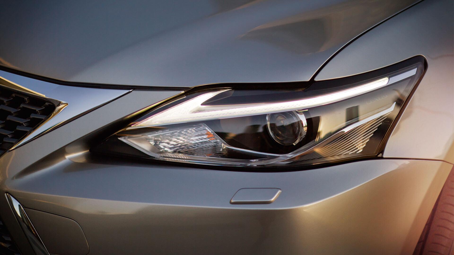 Koplamp van een grijze Lexus CT 200h