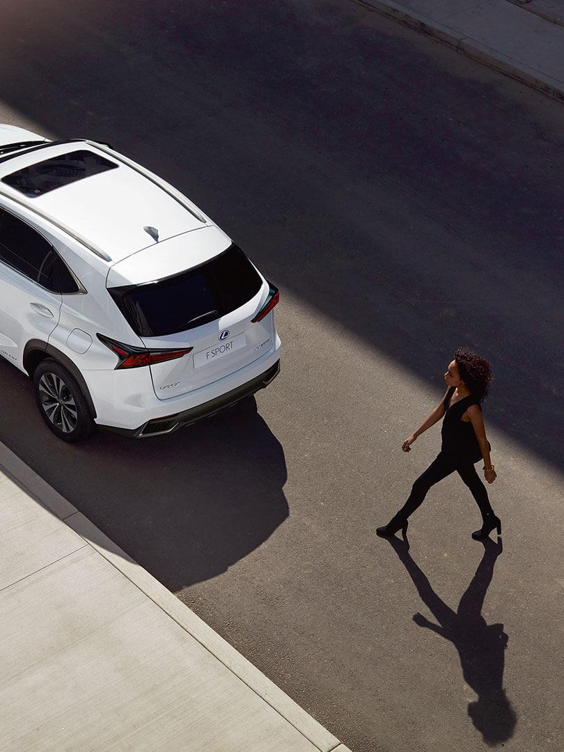 Achterkant van een witte Lexus NX 300h