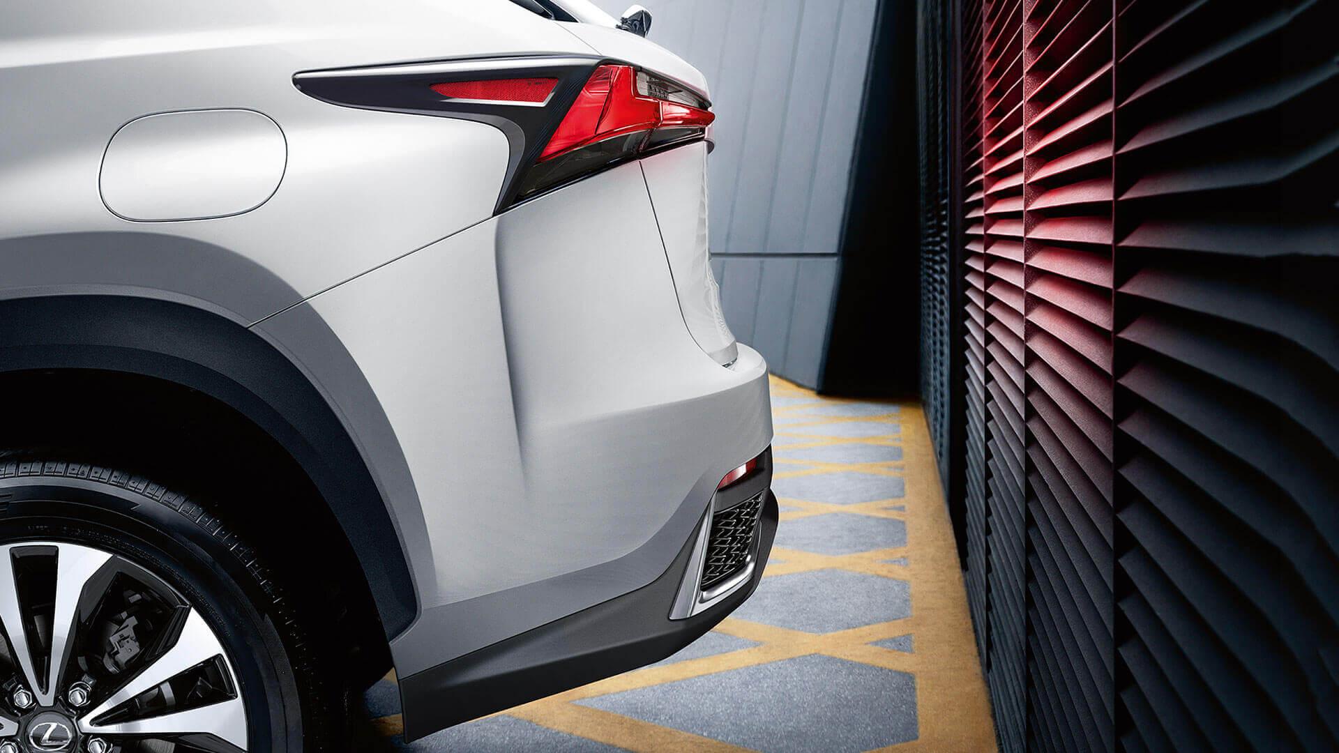 Achterbumper van een witte Lexus NX 300h