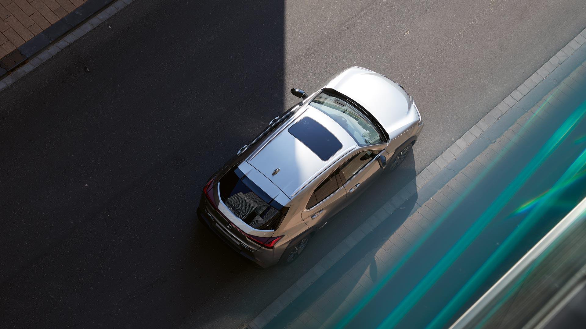 Bovenaanzicht van een grijze Lexus UX 250h
