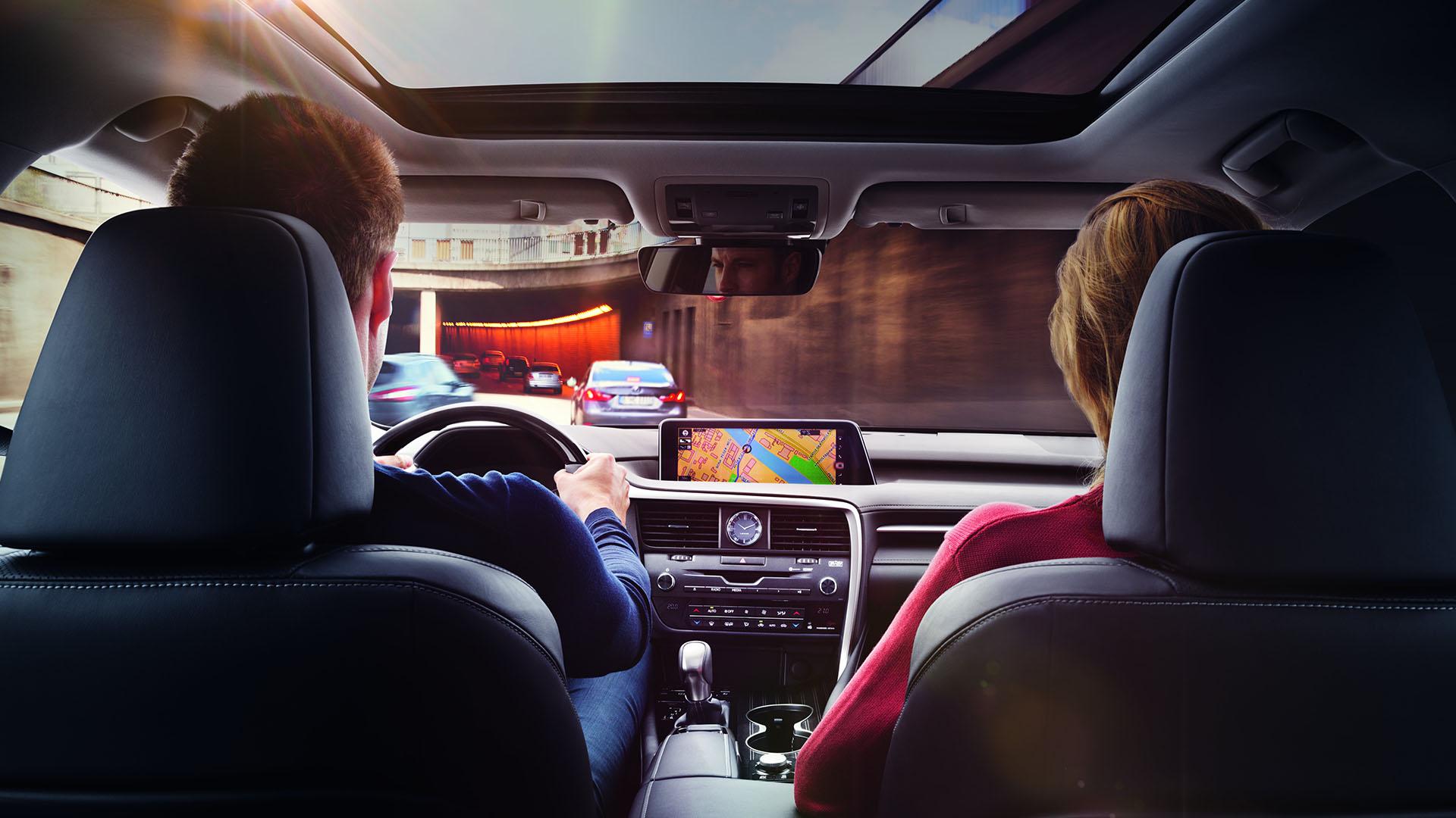 Interieur met dashboard van een Lexus NX 300h