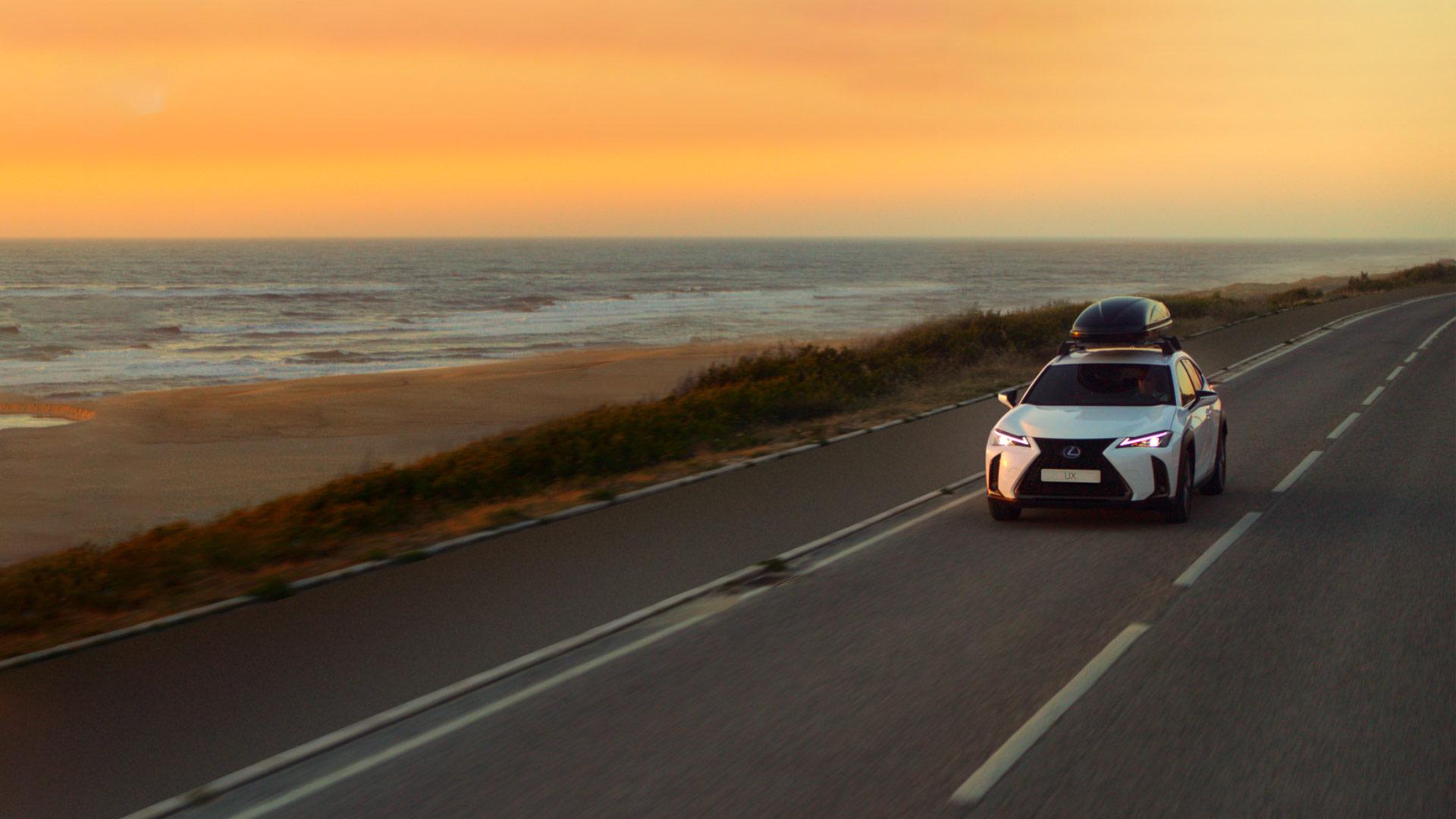 De voorkant van een rode stilstaande Lexus NX 300h