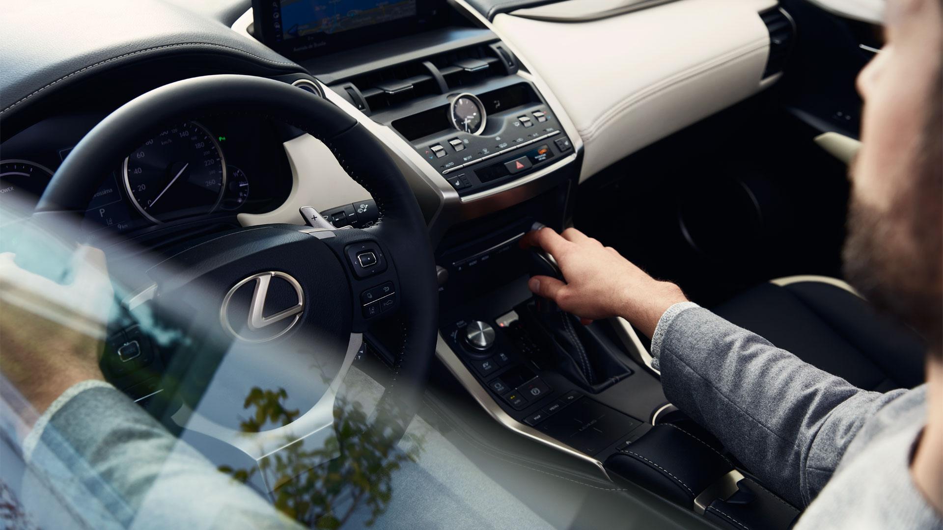 Zilvergrijze Lexus NX