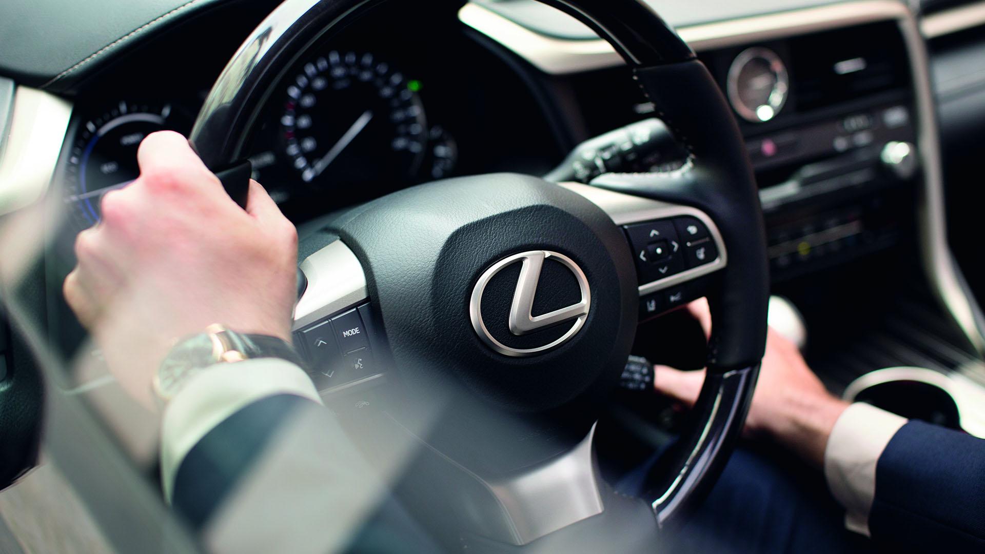 Voorkant van alle witte hybride Lexus modellen
