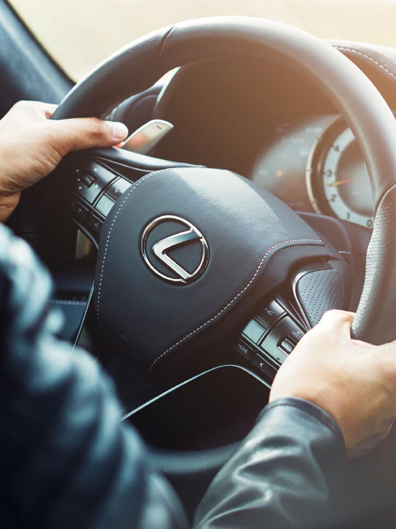 Sort skinntrukket ratt i en Lexus LC 500h sportssedan
