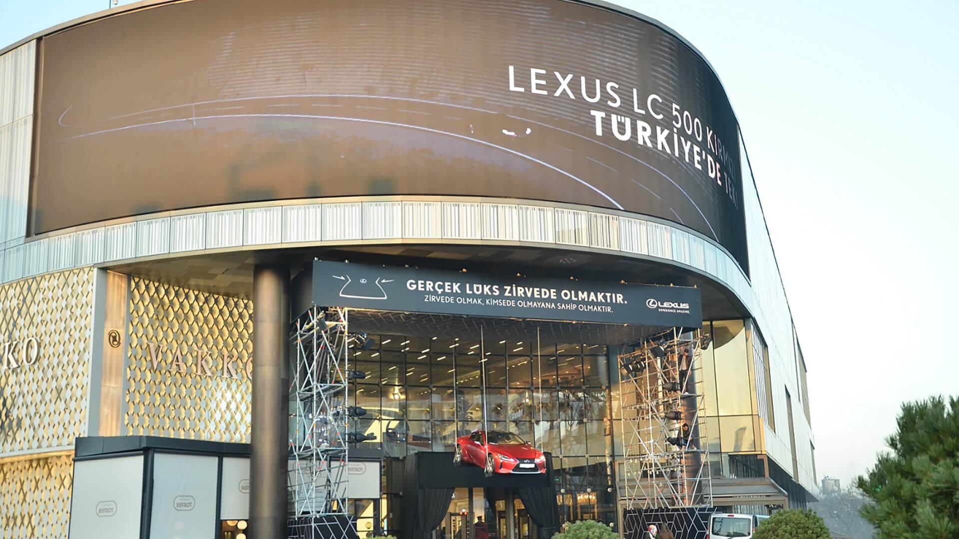 Lexus LC 500 zirvede ucuyor