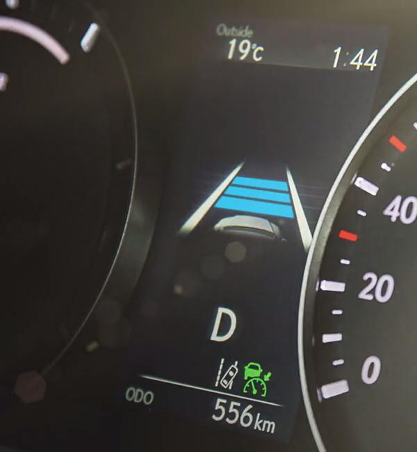 Lexus-RX-lüks-SUV-hibrit-otomobil-gösterge-güvenlik-sistemi