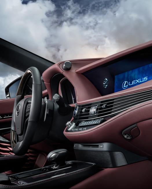 Lexus-LS-lüks-sedan-otomobil-araba-iç-çekim-donanım-direksiyon-ekran